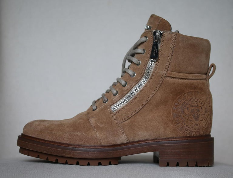 Men's Balmain boots. 35mm Heel. Shaft: 18 cm. Side zip closure. Reinforced eyelets. Back pull loop. Metal logo on tongue. Side embossed logo detail. Padded collar. Leather lining. Leather sole with treaded rubber. Made in Italy. 100% Calf.   Size: