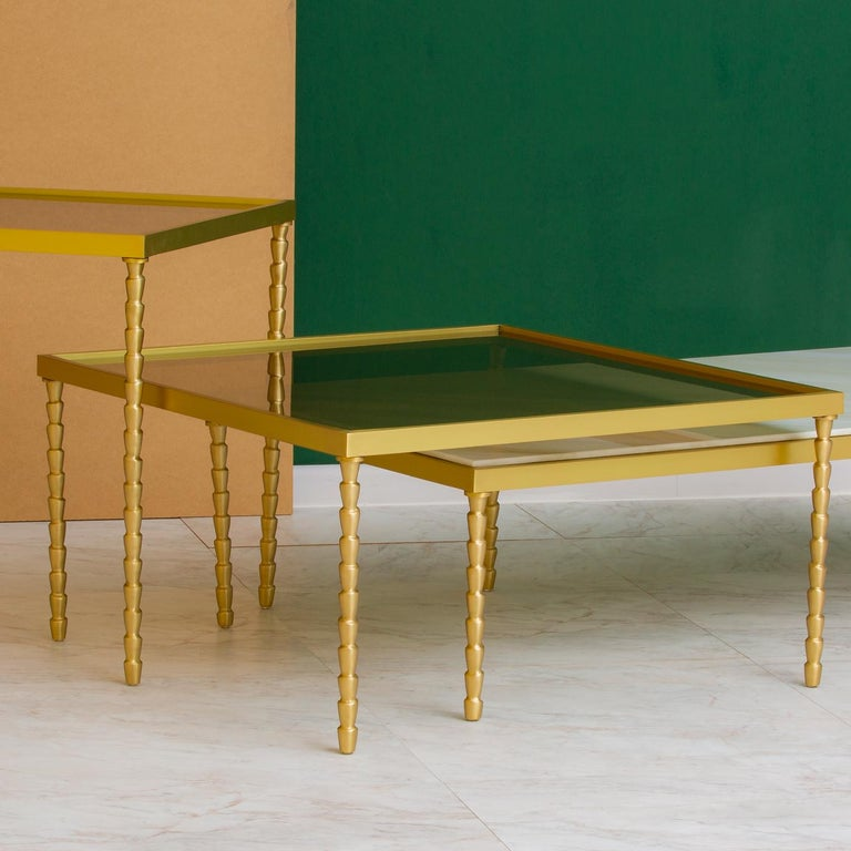 Either alone, as a central decoration in a modern living room, or paired with the Banano side table for a dynamic effect, this coffee table will make a statement in a sophisticated interior. It was entirely handmade and customizable. Its solid brass