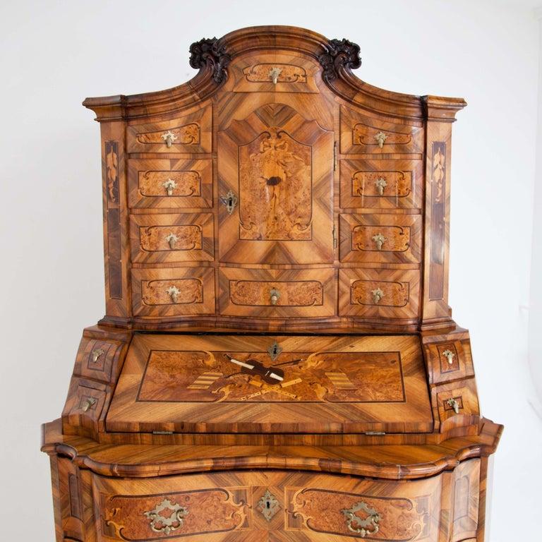 Baroque Walnut Veneered Tabernacle Secretaire, German, 18th Century In Good Condition For Sale In Greding, DE