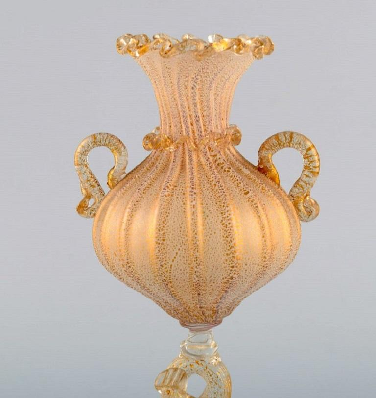 Barovier and Toso, Venice. Rare organically shaped vase in mouth-blown art glass. Italian design, mid-20th century. Measures: 19 x 8.5 cm In excellent condition.