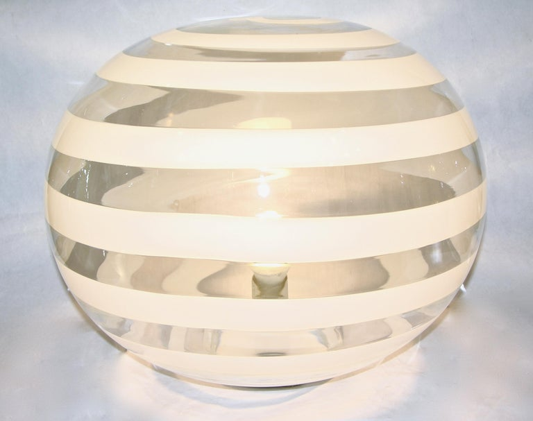 Italian Barovier Toso 1960s Pair of Crystal Clear and White Murano Glass Round Lamps For Sale