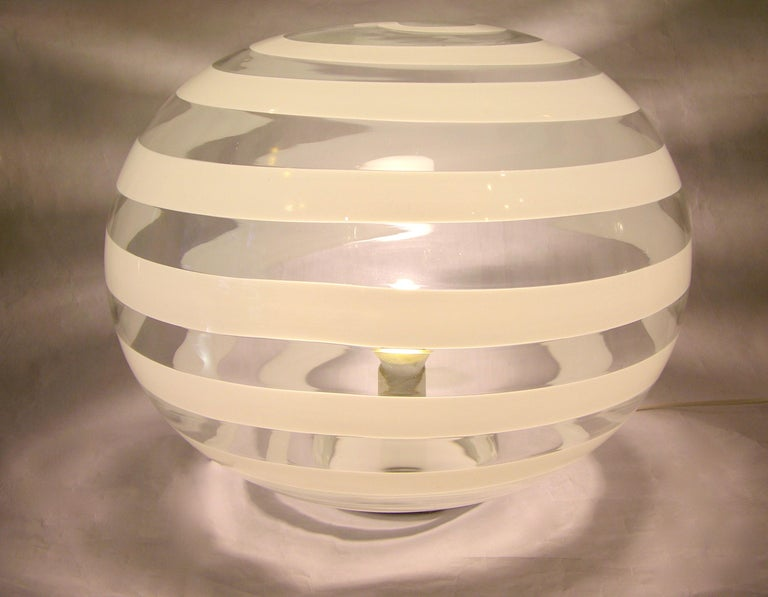 Barovier Toso 1960s Pair of Crystal Clear and White Murano Glass Round Lamps In Good Condition For Sale In New York, NY