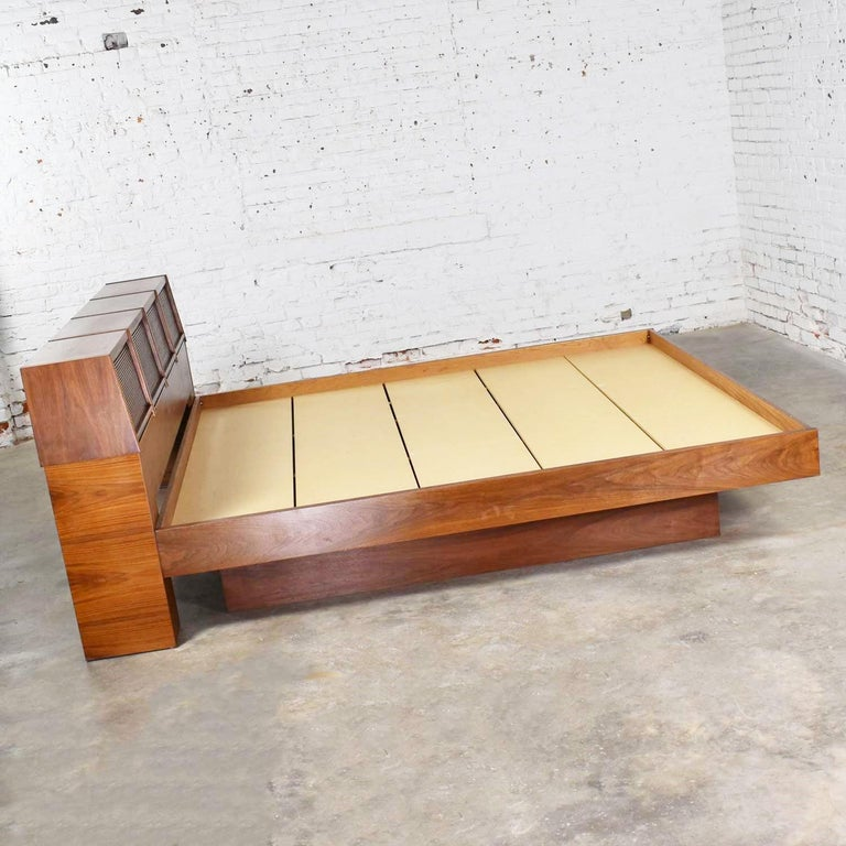 Barzilay Scandinavian Modern Style King Bookcase Platform Bed with Tambour Doors In Good Condition For Sale In Topeka, KS