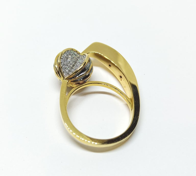 Be Ahead of the Curve with Contemporary One of a Kind White Diamond Gold Ring In New Condition For Sale In NEW DELHI, IN