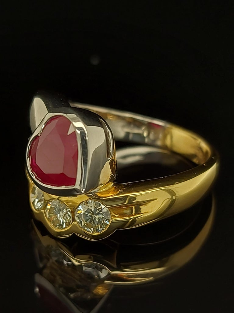 Beautiful 18kt Yellow and White Gold Ring with 4 Diamonds and Heart Shaped Ruby For Sale 5