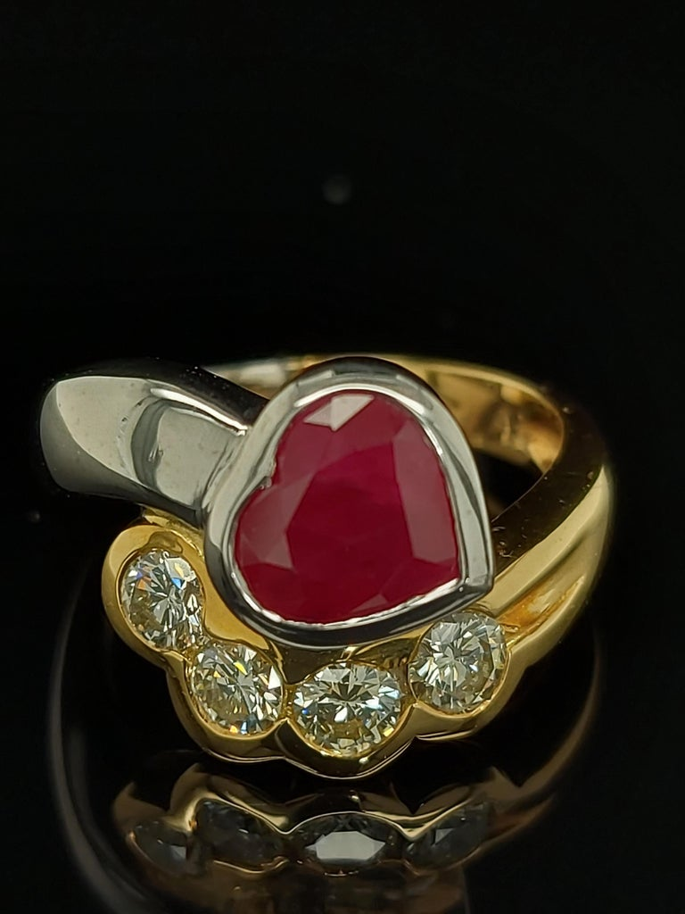 Beautiful 18kt Yellow and White Gold Ring with 4 Diamonds and Heart Shaped Ruby In New Condition For Sale In Antwerp, BE