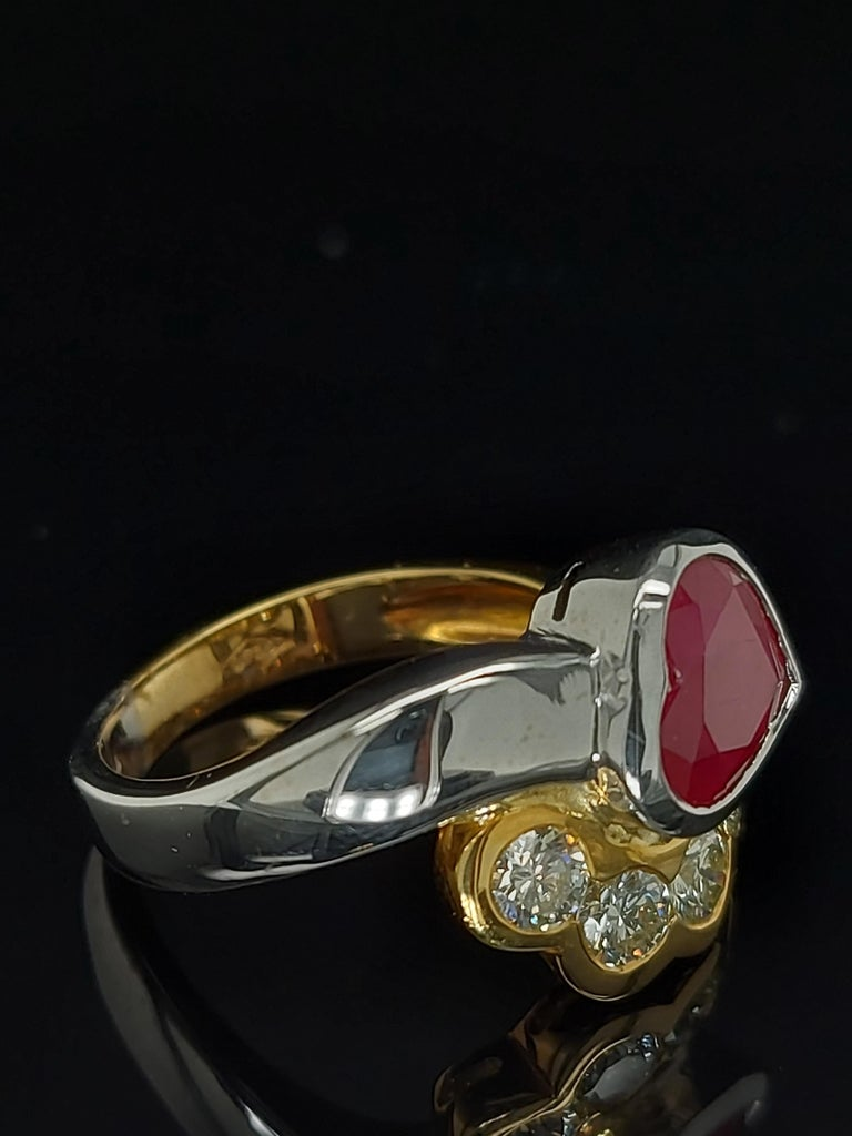 Women's or Men's Beautiful 18kt Yellow and White Gold Ring with 4 Diamonds and Heart Shaped Ruby For Sale