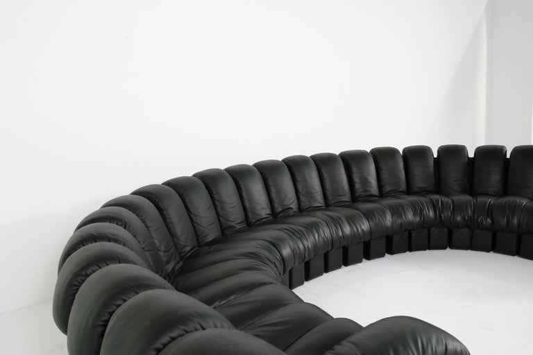 Beautiful De Sede DS 600 sofa, 23 parts, 21 center pieces and 2 armrests. Designed by Ueli Berger, Heinz Ulrich, Eleonore Peduzzi Riva & Klaus Vogt for De Sede, Switzerland in 1972. Full leather edition, seats and base in leather. Beautiful