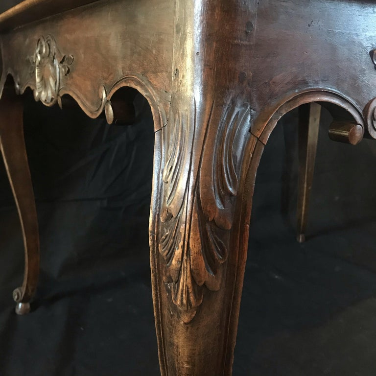 Beautiful 19th Century Country French Louis XV Carved Walnut Dining Table In Good Condition For Sale In Hopewell, NJ