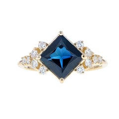 Beautiful Blue Sapphire and Diamond Engagement Ring in Yellow Gold, Exquisite