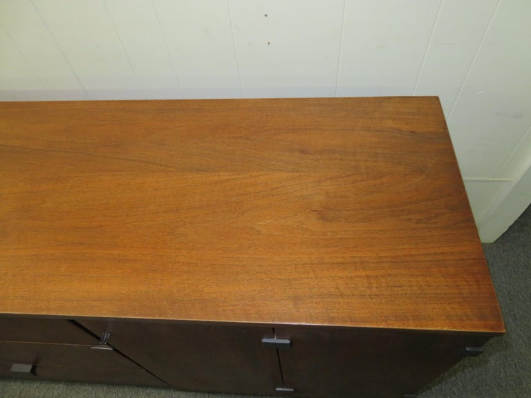 Beautiful Milo Baughman Walnut Credenza Sideboard for Directional For Sale 3