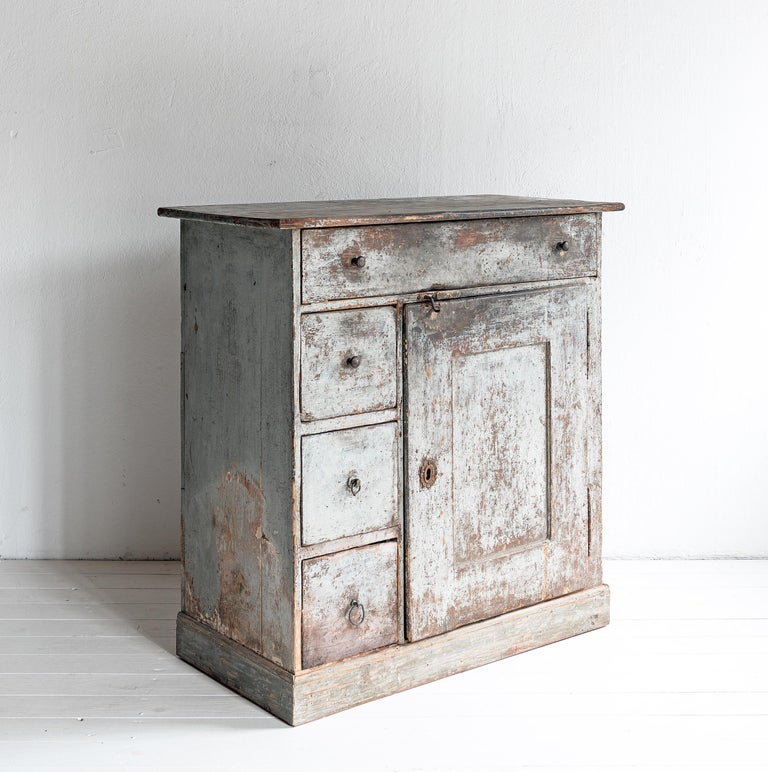 Beautiful Simple Swedish Early 19th Century Cabinet in Original Paint In Good Condition For Sale In Jesteburg, DE