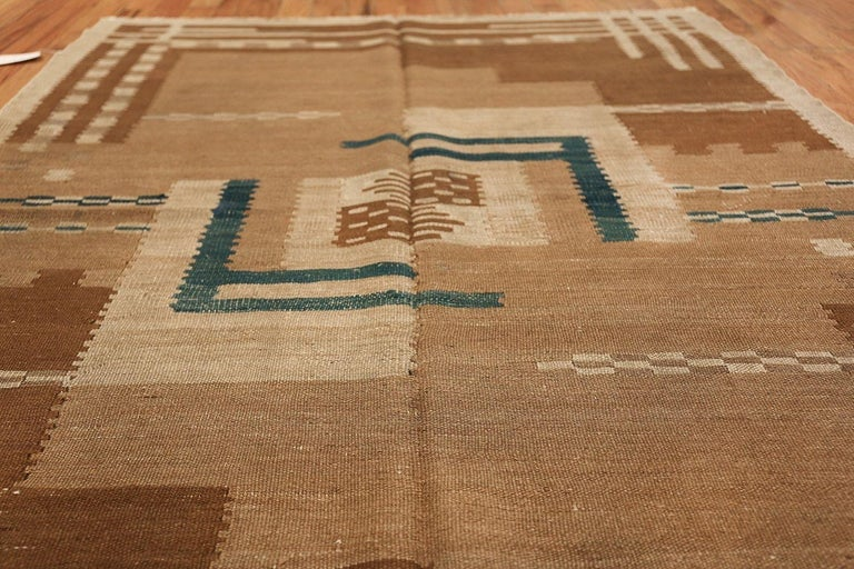Vintage Scandinavian flat-woven Swedish Kilim rug, country of origin: Sweden, date: circa mid-20th century. Size: 5 ft 4 in x 7 ft 2 in (1.63 m x 2.18 m).