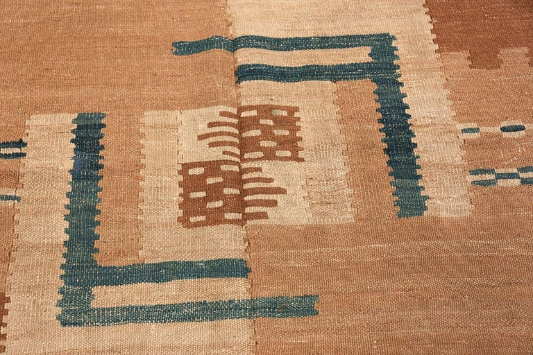 Beautiful Vintage Scandinavian Swedish Kilim Rug. Size: 5 ft 4 in x 7 ft 2 in In Good Condition For Sale In New York, NY