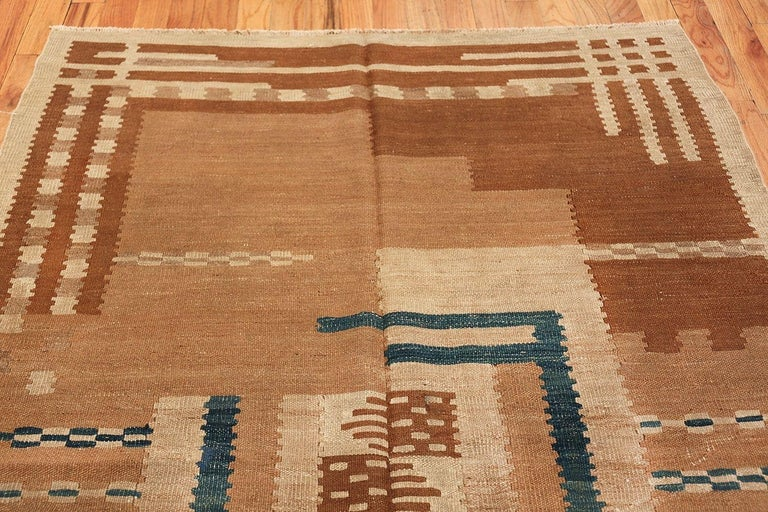 20th Century Beautiful Vintage Scandinavian Swedish Kilim Rug. Size: 5 ft 4 in x 7 ft 2 in For Sale