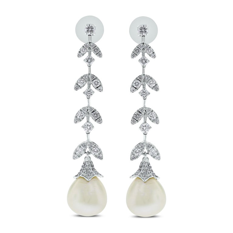 Women's Beauvince Diamond and South Sea Pearls Necklace and Earrings Suite in White Gold For Sale