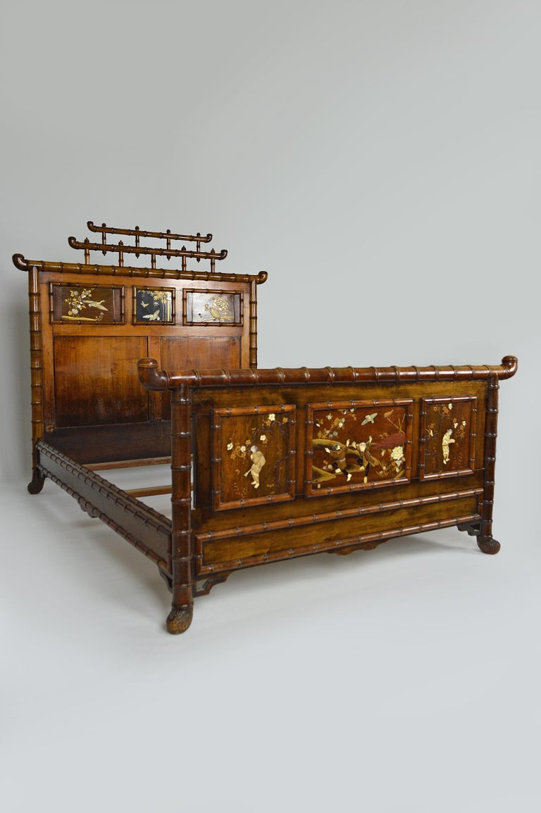 Japanese bed, a beautiful model, very high quality. Japonisme, France, late 19th century, circa 1880-1890.  Bed in beech or maple, carved