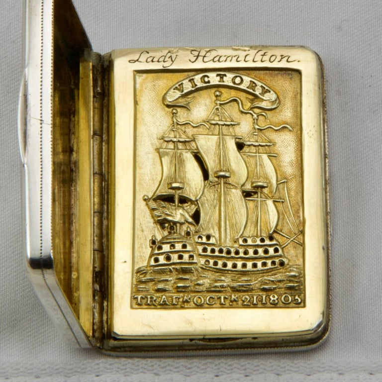 Rectangular memorial vinaigrette in sterling silver and interior in vermeil. Lid with hinge representing an engraved portrait of Amiral Horatio, first Vicomte Nelson in an ovale frame bordered with the motto