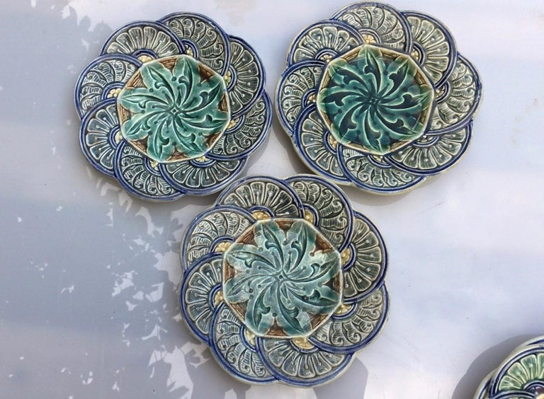 Belgium Majolica Flowers Plate Wasmuel, circa 1880 In Good Condition For Sale In The Hills, TX