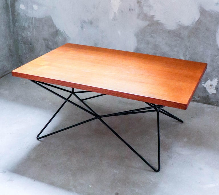 A beautiful A2-table designed by the Swedish architect and designer Bengt-Johan Gullberg. The table was designed to be both a coffee table, dinner table and a cocktail / side table depending on how you flip the base. It is designed in 1952, the base