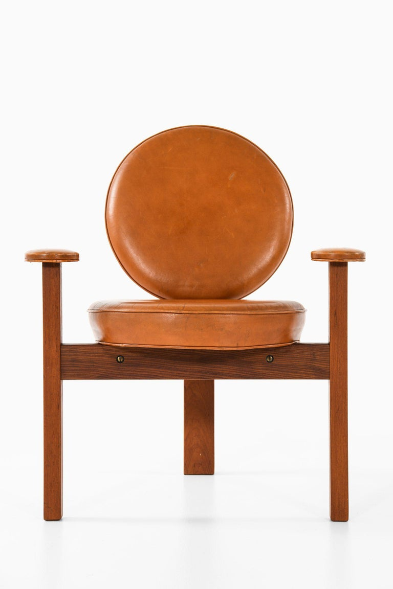 Very rare 3 legged easy chair designed by Bent Møller Jepsen. Produced by Sitamo Møbler in Denmark.