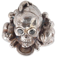 Silberner Totenkopf-Ring von Bernardo mit Frosch, Maus und Eidechse