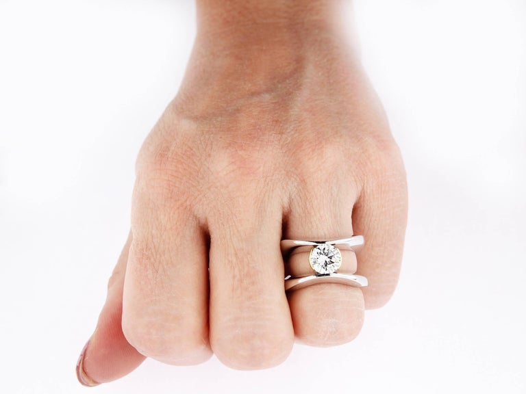 This entirely unique and handmade solitaire ring, created by Katherine Berquin, a noted Belgian goldsmith, jewellery artist and gemmologist, consists of 18 kt white and yellow gold. It has been made in her own atelier in Brussels in an artisanal way