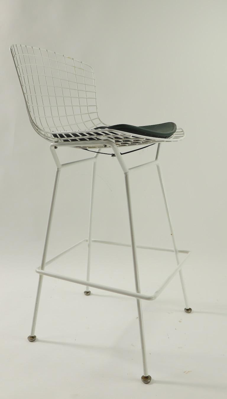 Classic Bertoia design counter stool manufactured by Knoll International, circa 1950s-1960s. This example is in very good original condition, showing only light cosmetic wear, normal and consistent with age. The stool comes with the original pad