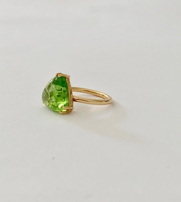 Modern Bespoke 7.00 Carat Trillion Cut Cabochon Peridot Ring in 18 Carat Yellow Gold For Sale