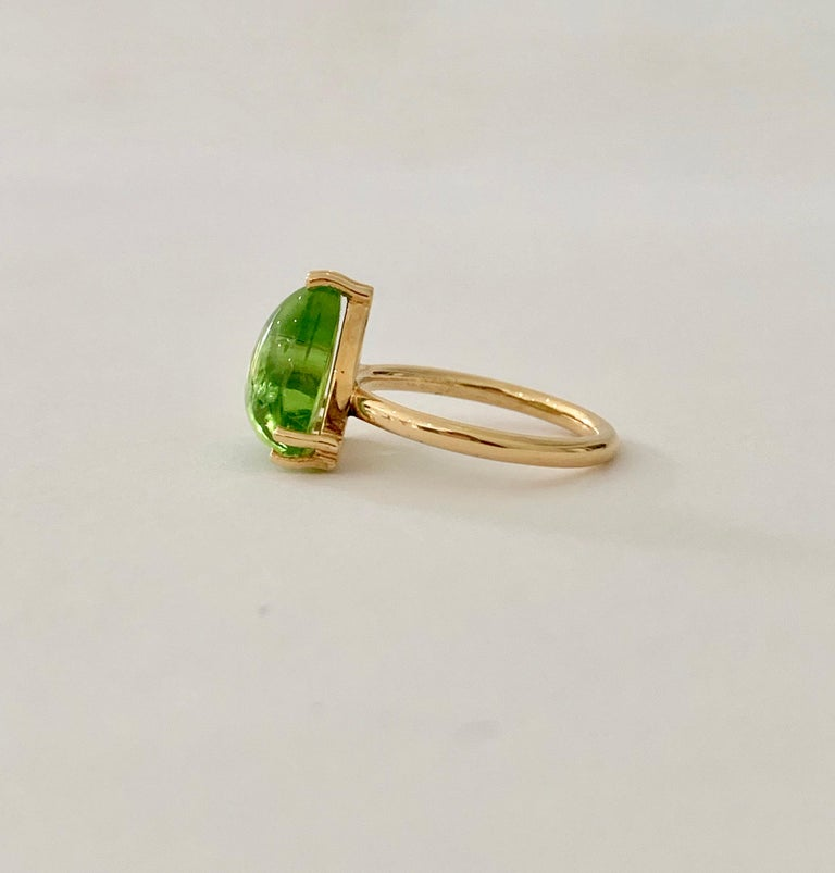 Bespoke 7.00 Carat Trillion Cut Cabochon Peridot Ring in 18 Carat Yellow Gold In New Condition For Sale In Chislehurst, Kent
