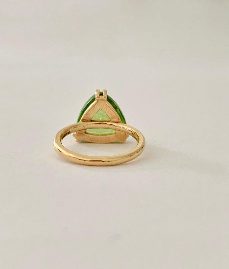 Women's Bespoke 7.00 Carat Trillion Cut Cabochon Peridot Ring in 18 Carat Yellow Gold For Sale