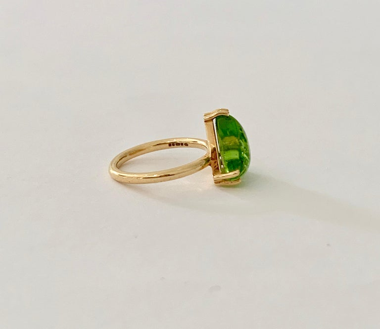 Bespoke 7.00 Carat Trillion Cut Cabochon Peridot Ring in 18 Carat Yellow Gold For Sale 1