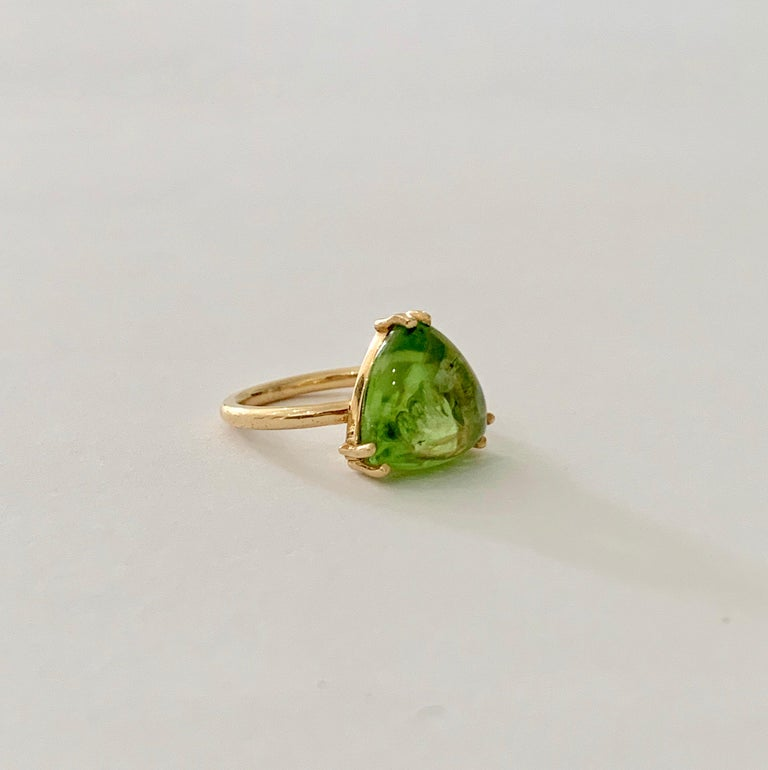 Bespoke 7.00 Carat Trillion Cut Cabochon Peridot Ring in 18 Carat Yellow Gold For Sale 2