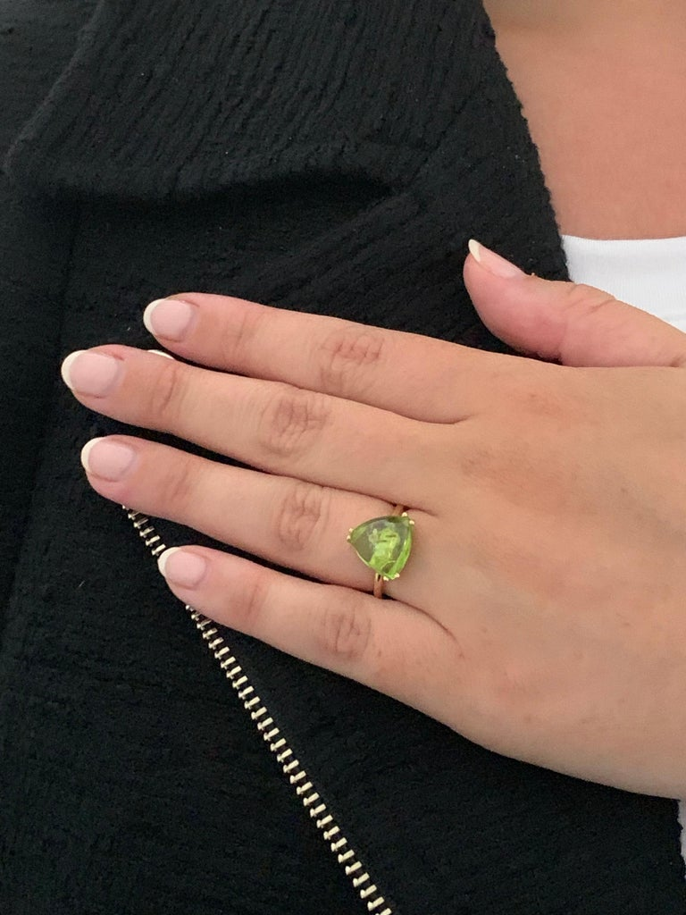 Bespoke 7.00 Carat Trillion Cut Cabochon Peridot Ring in 18 Carat Yellow Gold For Sale 3