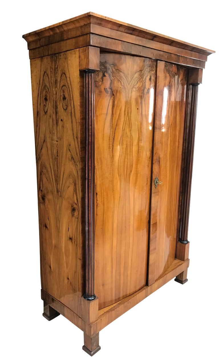 Biedermeier Armoire, Walnut Veneer and Full Column, Austria/Vienna circa 1820 In Good Condition For Sale In Regensburg, DE