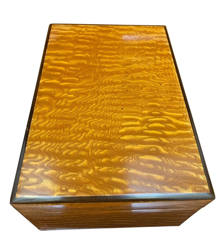 Wonderful Biedermeier box veneered in amazing flowering ash. 