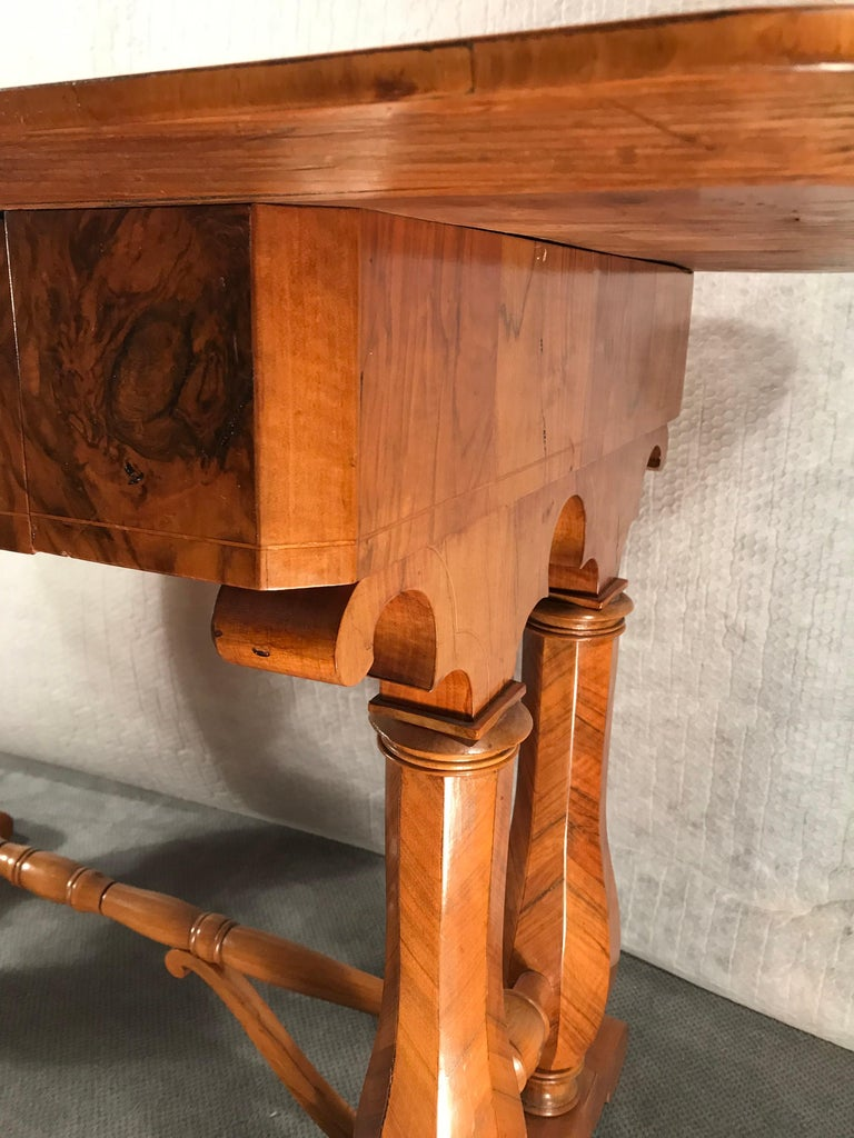 Beautiful writing desk, Vienna 1810-20, in the style of Josef Danhauser, walnut veneer. The design of this table shows the influence of the famous Austrian Biedermeier furniture designer Josef Danhauser (1780-1829). Danhauser was the leading