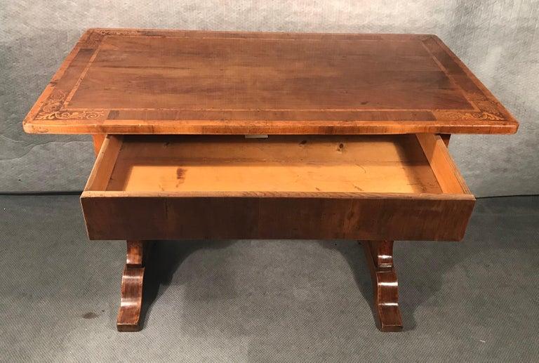 Biedermeier Desk, Walnut Veneer, Vienna, 1820-1830 In Good Condition For Sale In Belmont, MA