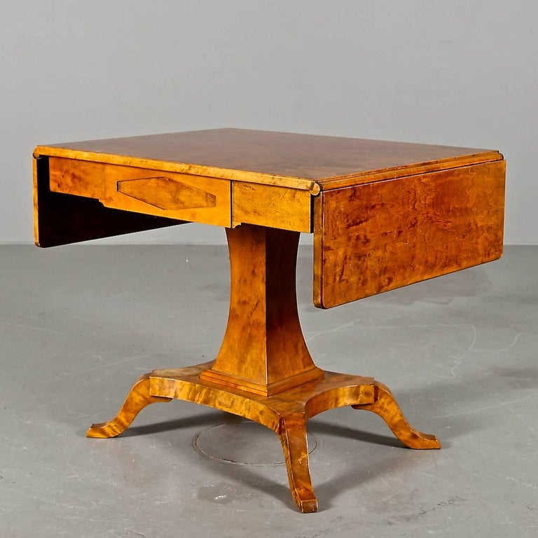 Biedermeier Drop-Leaf Pedestal Table Golden Birch Inlaid Honey Color Swedish In Good Condition For Sale In LONDON, GB