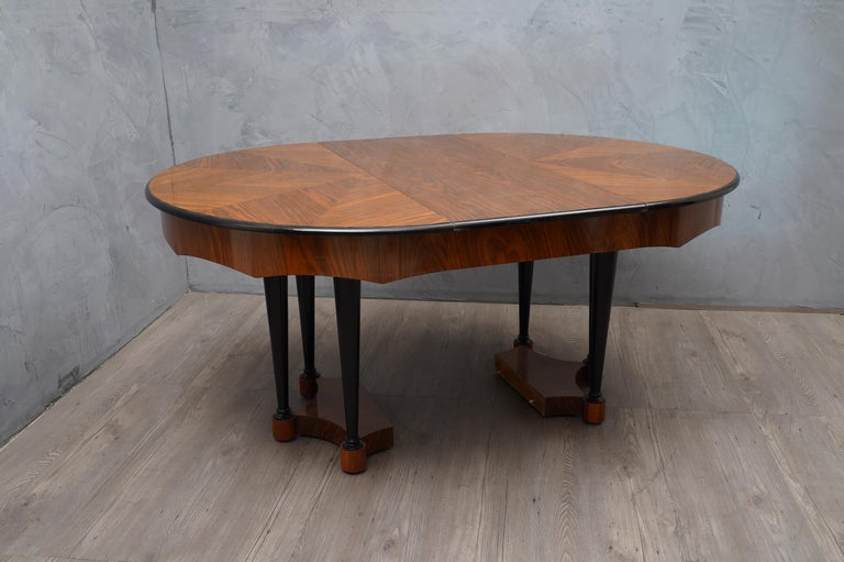 Biedermeier Round Walnut Wood Extendable Table, 1890 In Good Condition For Sale In Rome, IT