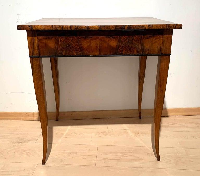 Biedermeier Side Table with Drawer, Walnut Veneer, South Germany, circa 1820 For Sale 5