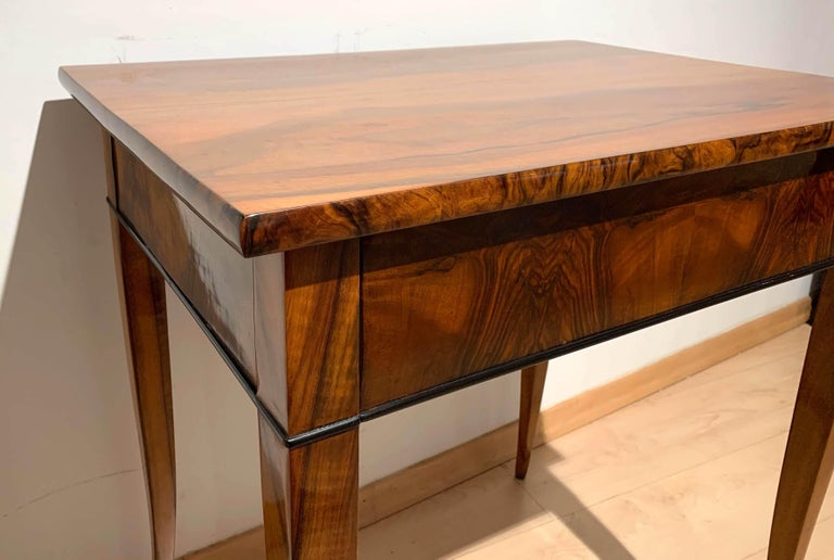 Biedermeier Side Table with Drawer, Walnut Veneer, South Germany, circa 1820 In Excellent Condition For Sale In Regensburg, DE