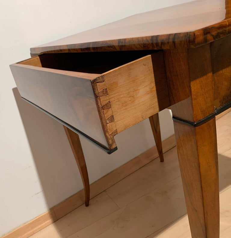 Biedermeier Side Table with Drawer, Walnut Veneer, South Germany, circa 1820 For Sale 2