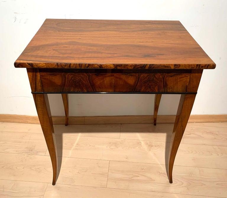 Biedermeier Side Table with Drawer, Walnut Veneer, South Germany, circa 1820 For Sale 4