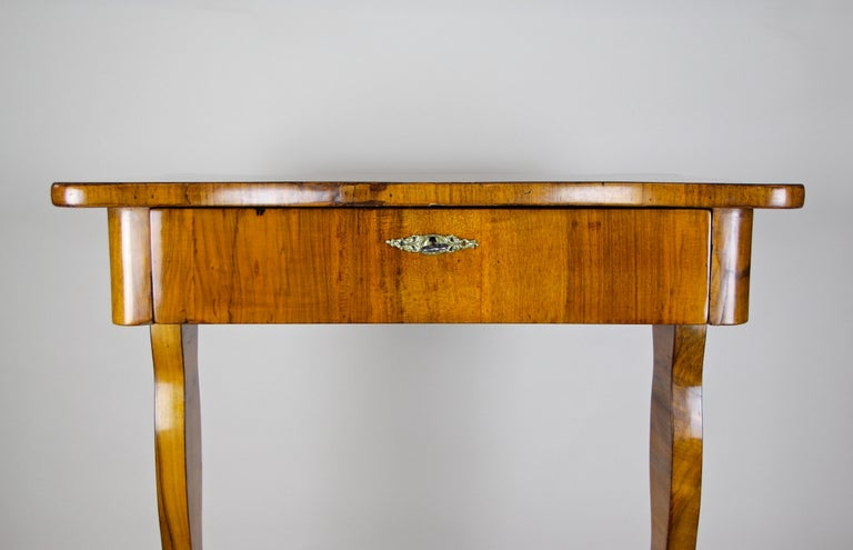 Biedermeier Side Table with One-Drawer Nut Wood, Austria, circa 1850 In Good Condition In Linz , AT