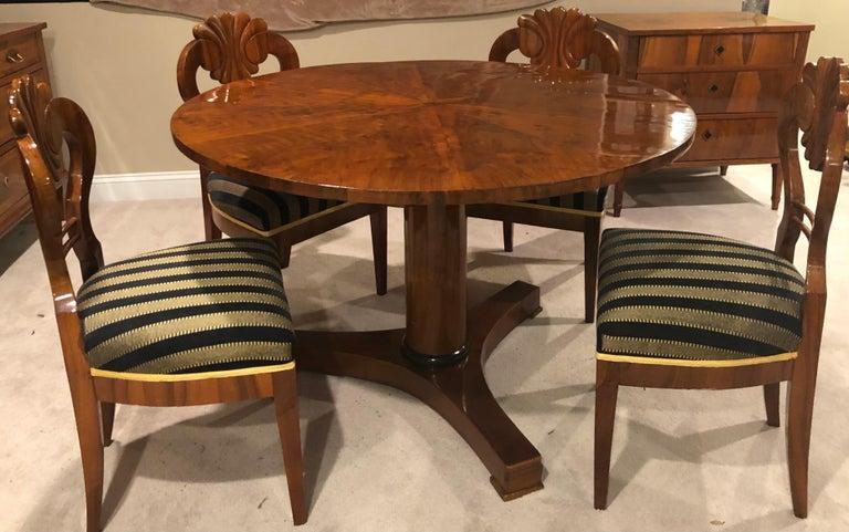 Biedermeier Table, Walnut Veneer, South German, 1820 For Sale 2