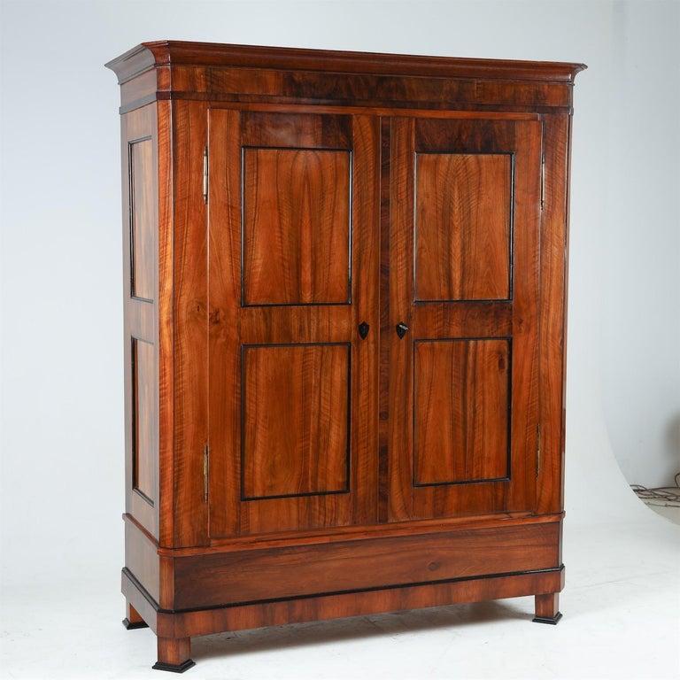 Biedermeier Walnut Cabinet, Early 19th Century In Good Condition In Greding, DE