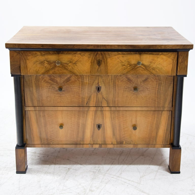 Biedermeier Walnut veneered Chest of Drawers, Germany / Franconia, circa 1820 In Good Condition For Sale In Greding, DE