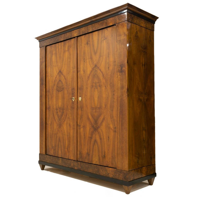 Beautiful, original very well-preserved Biedermeier wardrobe made of softwood veneered with walnut. A unique technique of veneering with a walnut has been applied, one veneer leaf from top to bottom. The piece comes from Germany from 19th century.