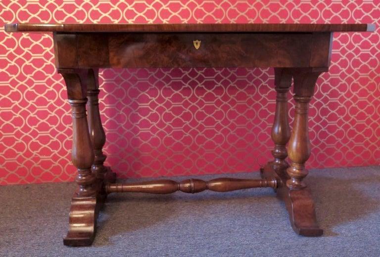 1830 Walnut Austrian Biedermeier Writing Desk In Excellent Condition For Sale In Rome, IT
